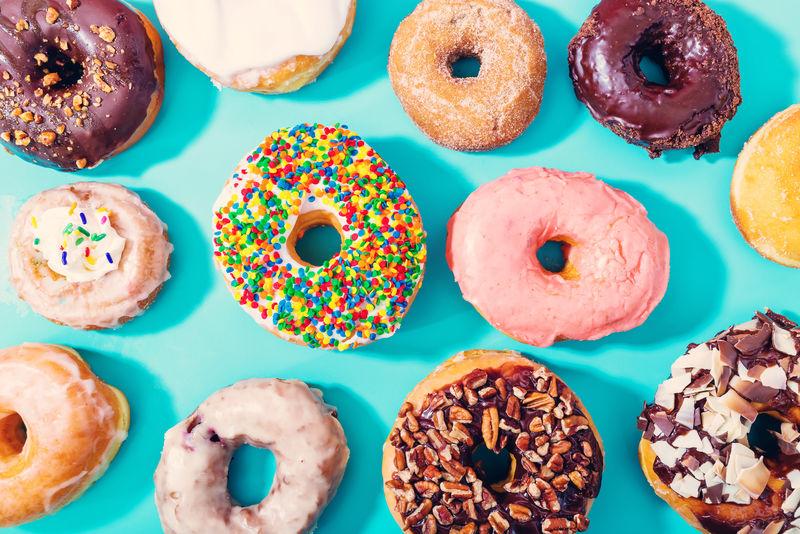 淡蓝色背景的什锦甜甜圈