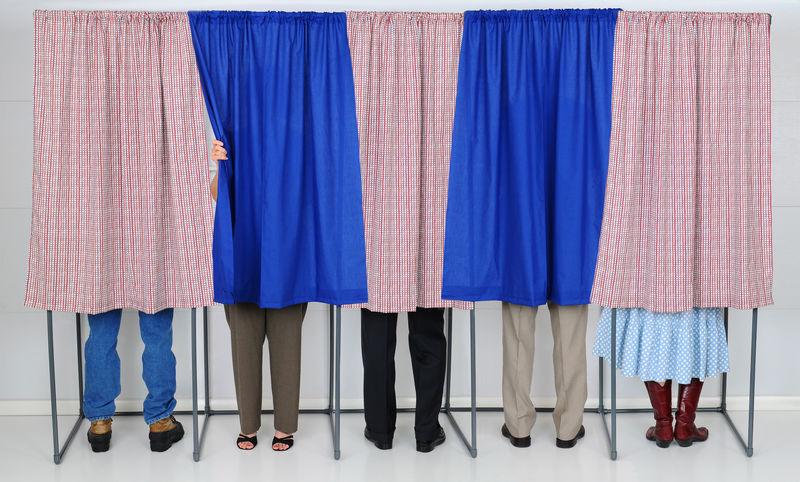 投票亭里的人