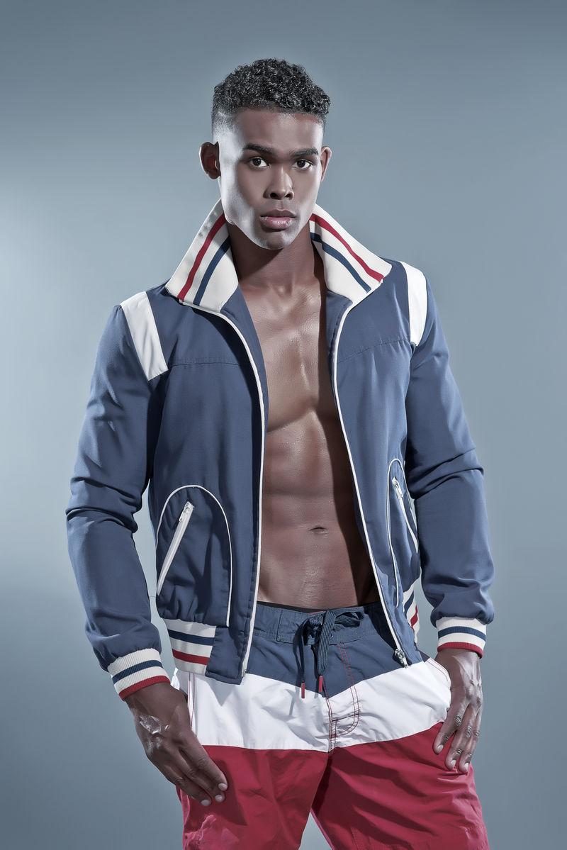 身穿蓝色夹克和条纹短裤的非洲黑人健身者