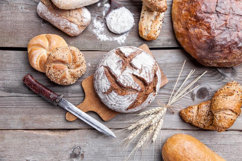 木质背景的美味新鲜面包