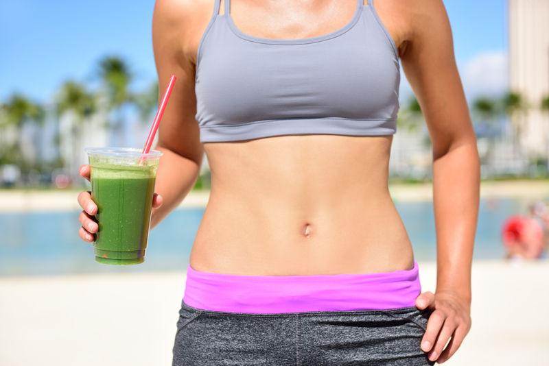 健康生活方式女性喝绿色冰沙