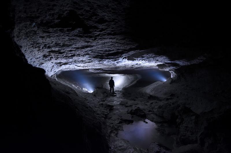 黑暗洞穴中的人与光