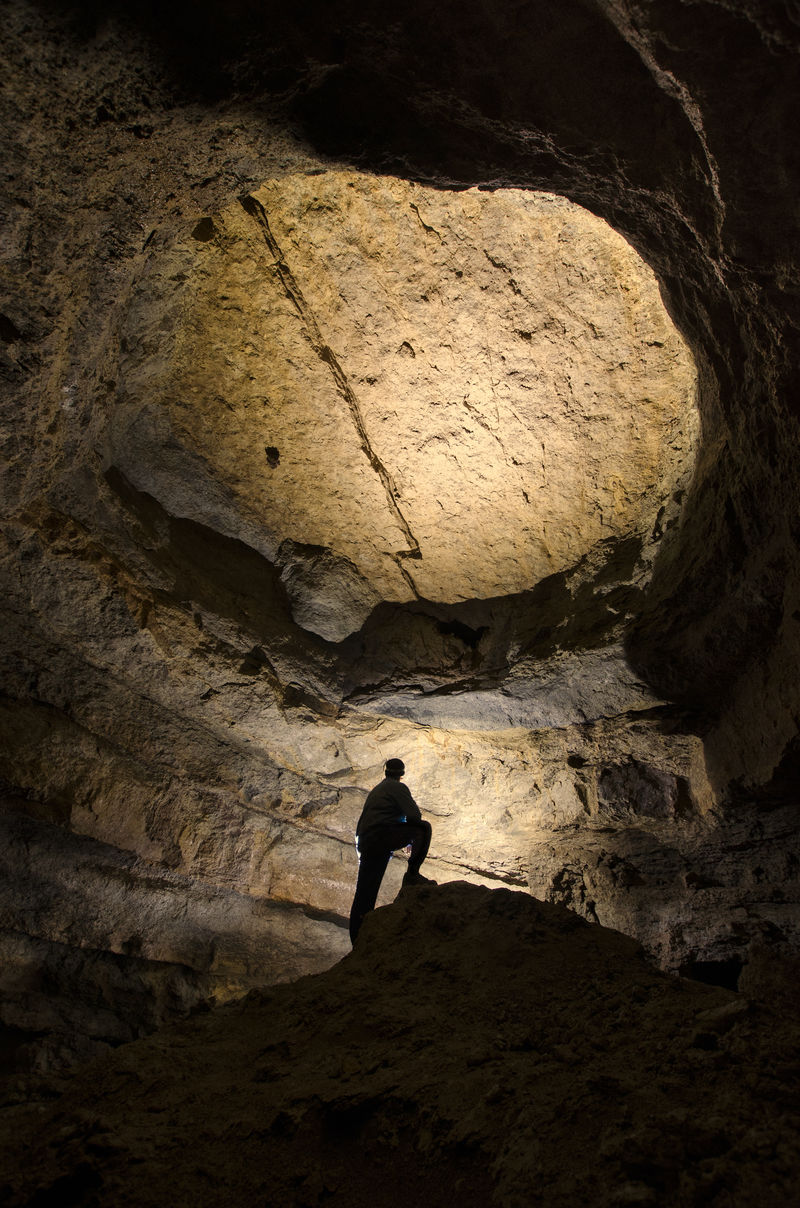 在一个巨大的黑暗洞穴中的人的轮廓