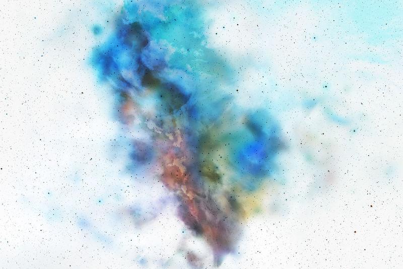 白色背景上分离的彩色粉末爆炸-抽象彩色背景