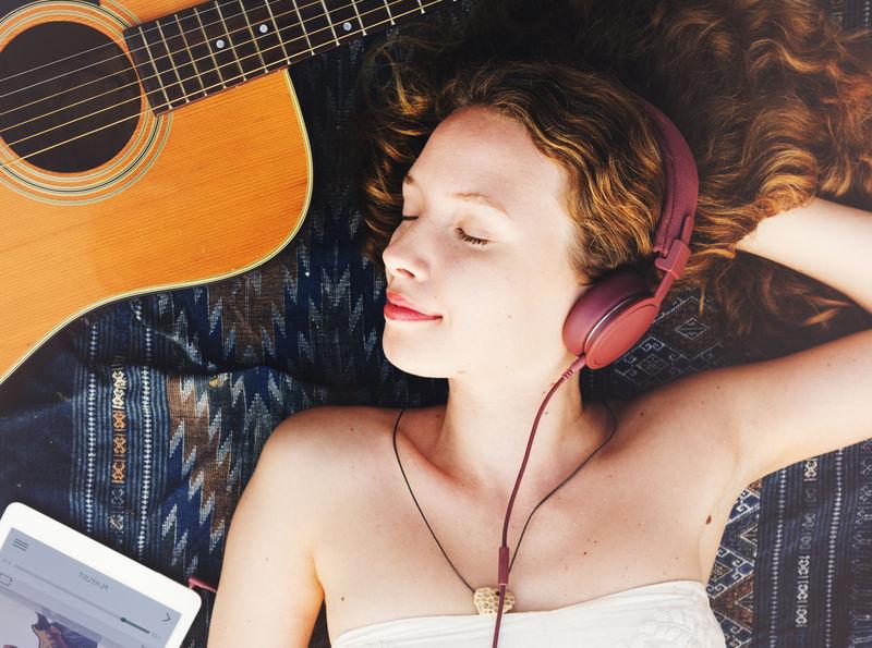 女性户外放松吉他音乐概念