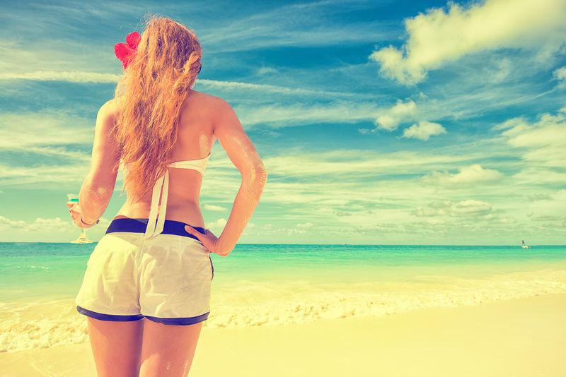 夏天享受热带海滩放松快乐的女人