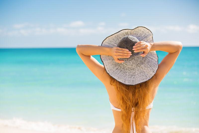 热带海滩享受夏日快乐海滩的女人