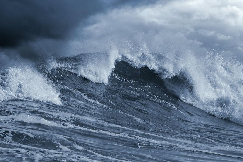 详细的大西洋风暴大浪;蓝色调,增强的天空