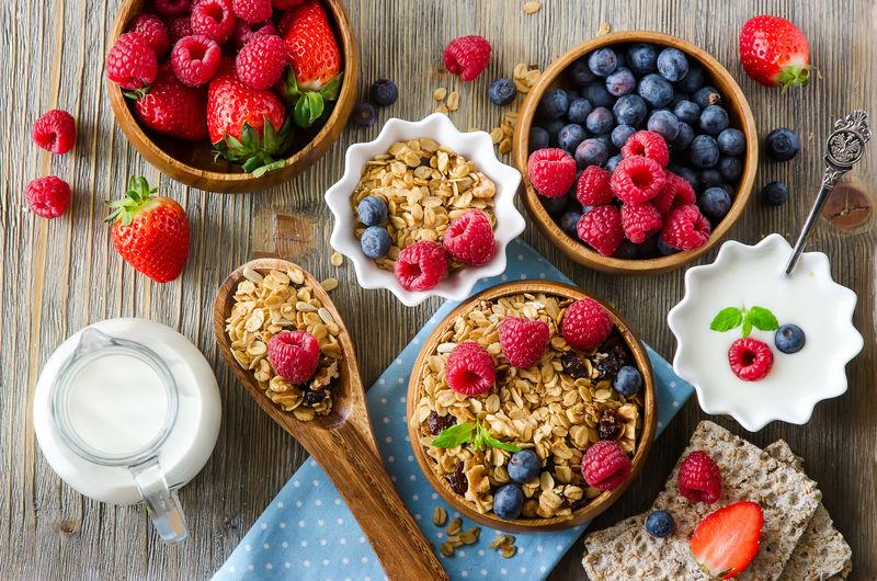 新鲜健康的早餐麦片、浆果、维生素、木