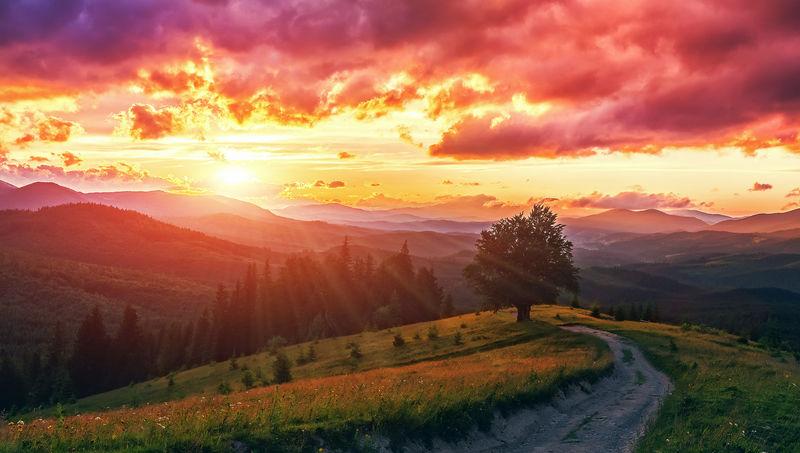 奇异多彩的风景。在阳光下发光的乌云