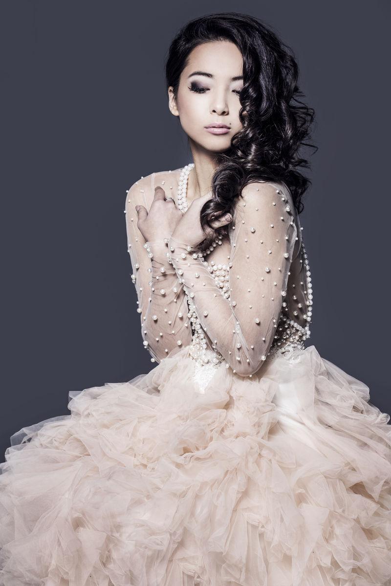 穿着舞会礼服的漂亮女人。