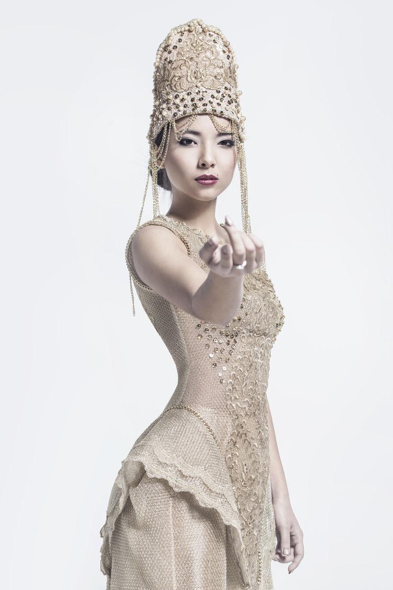 穿着晚礼服的美女伸出手来。