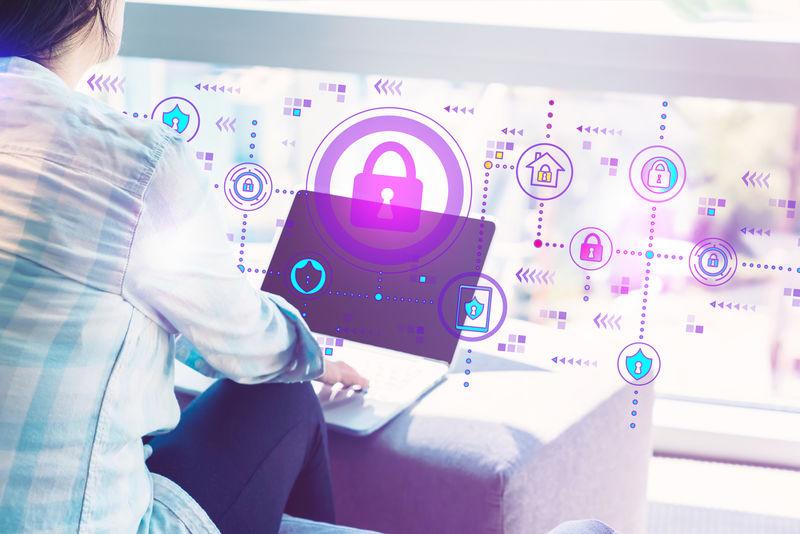 女性在家庭办公室使用笔记本电脑的网络安全