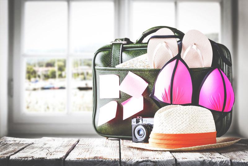 窗户和手提箱