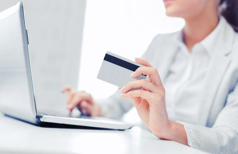 银行、购物、理财概念-带笔记本电脑和信用卡的女商人