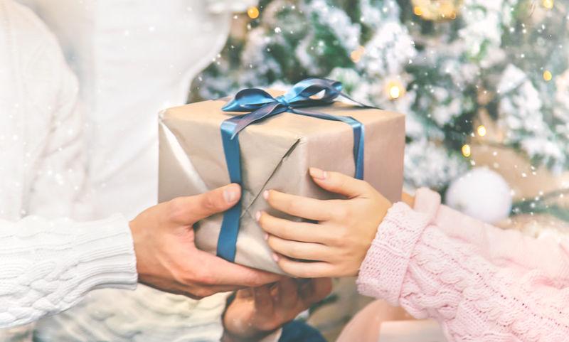 一男一女手中的圣诞礼物。选择性聚焦。