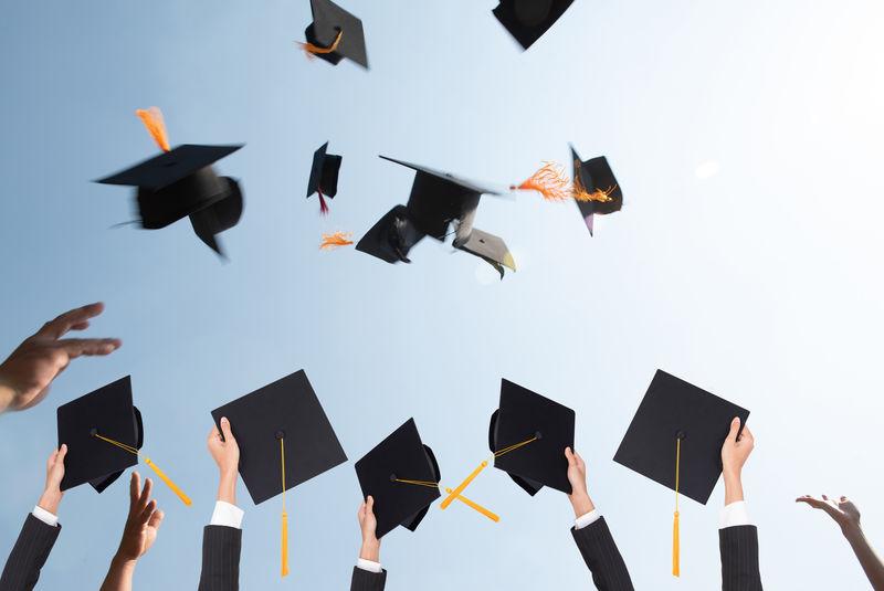 毕业生的黑帽子飘在空中