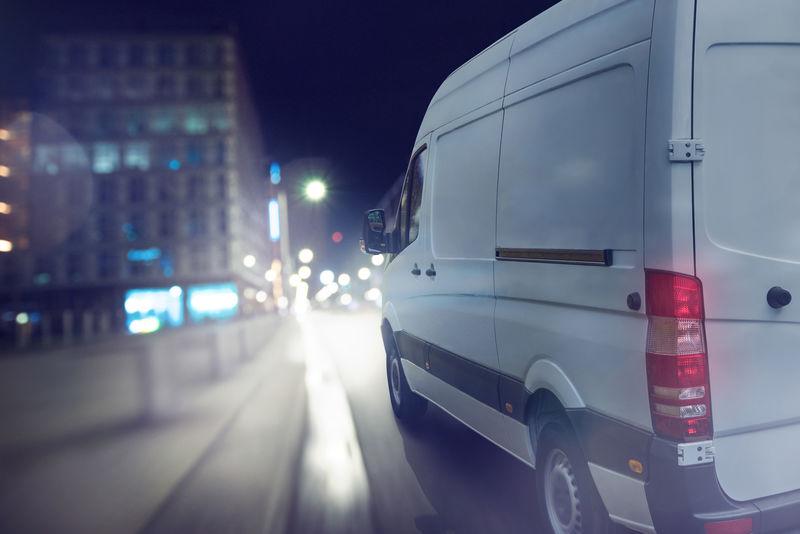 送货车夜间在城市里行驶