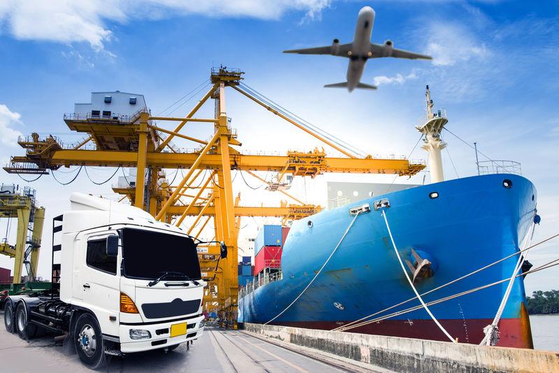 公路上的集装箱卡车-集装箱船在商业港口卸货-飞机在空中飞行-货物运输概念