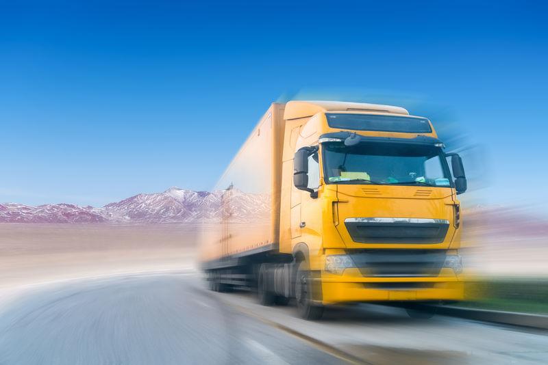 雪地高原重型卡车的运动模糊