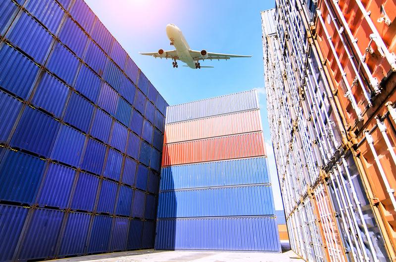 在运输集装箱进出口和物流产业概念背景下-以集装箱码头为背景的叉车在集装箱码头堆场或码头上吊装集装箱