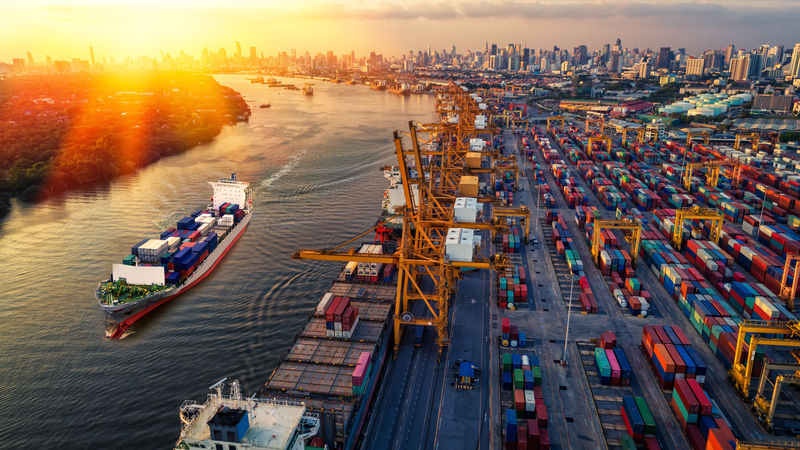 日出船厂装卸桥、集装箱进出口及运输业背景下集装箱货船和货运飞机的物流运输
