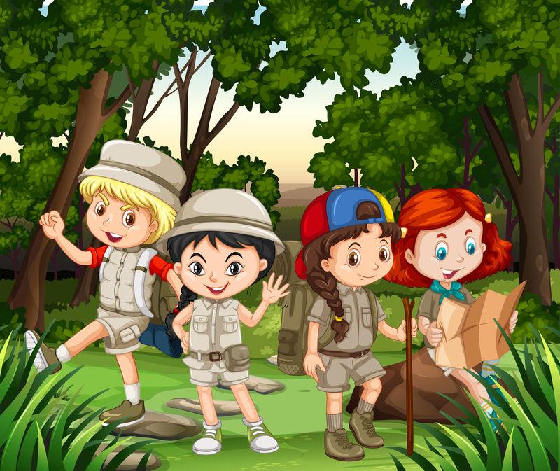 一群孩子在森林中徒步旅行