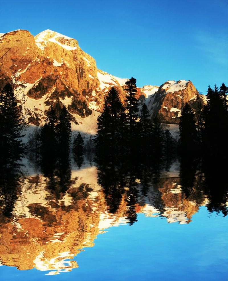日出时的高加索山