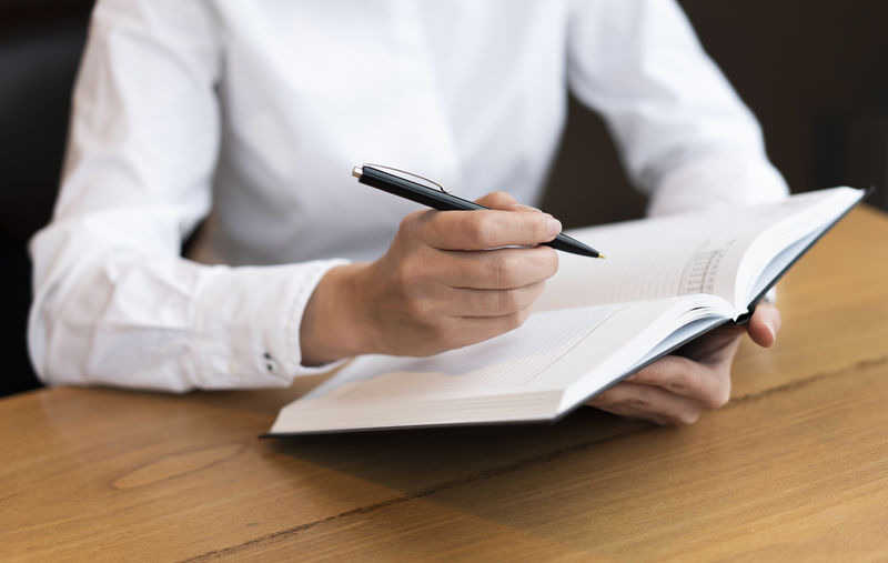 商人在乡村木桌上签合同的低角度视角