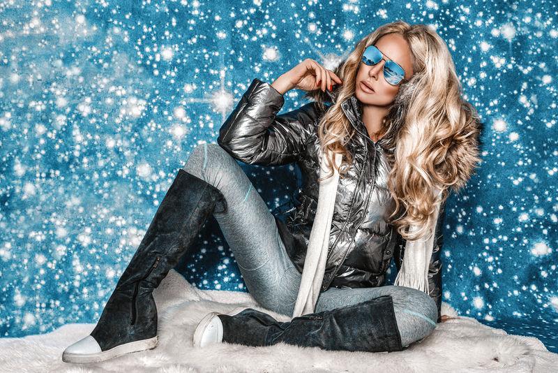 冬季户外迷人的年轻女子。冬装时装模特形象