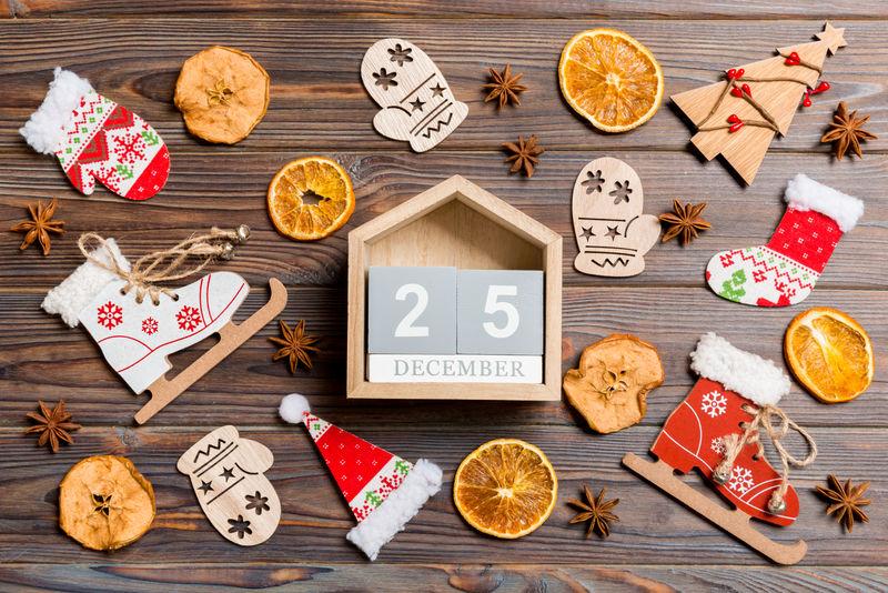 圣诞木背景日历顶视图。十二月二十五日。新年玩具和装饰品。假日概念