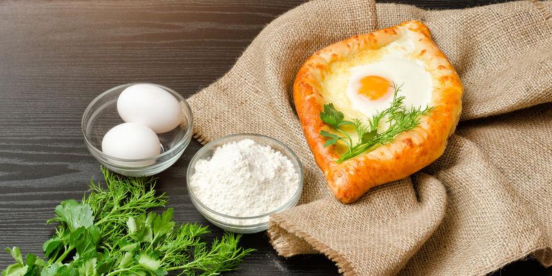 格鲁吉亚菜。麻布、面粉、鸡蛋上的卡察布。黑ta