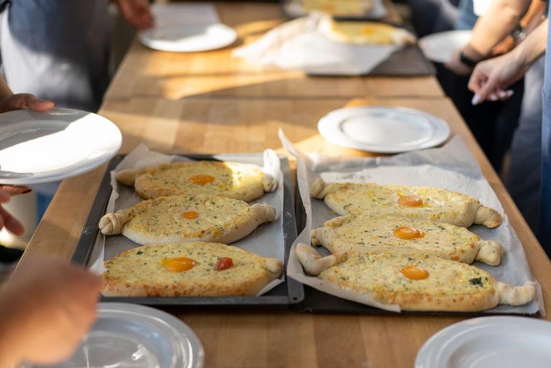 烹饪大师班。准备卡查普里的人手特写。传统的格鲁吉亚奶酪面包。格鲁吉亚食品