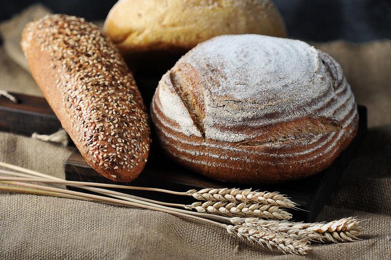 粗麻布面包和谷穗