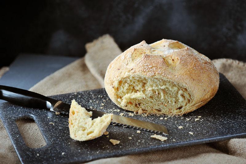 白面包,切好的面包,面包屑和面包刀
