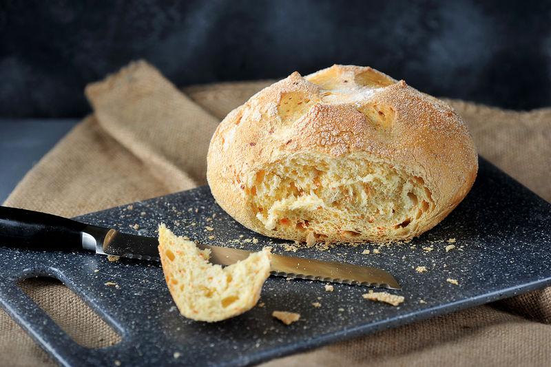 从面包上切下来的一块玉米白面包