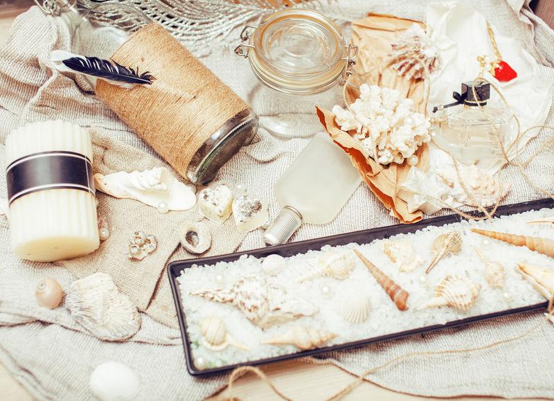 大量的海上主题-如贝壳-蜡烛-香水-女孩的亚麻布-纹理精美的明信片
