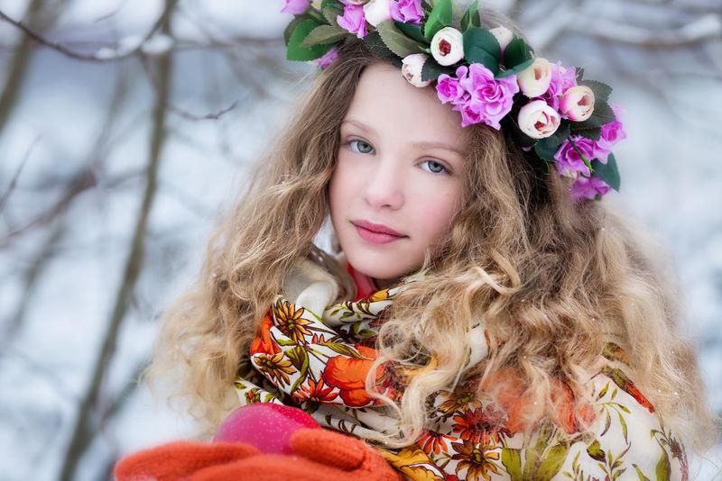 一个冬天穿着俄罗斯头巾的女孩