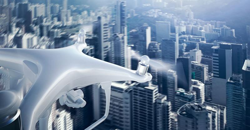 特写照片白色哑光通用设计遥控空中无人机与行动相机下的城市天空飞行。现代大都市背景。宽,正面视图。运动模糊效果。三维渲染。