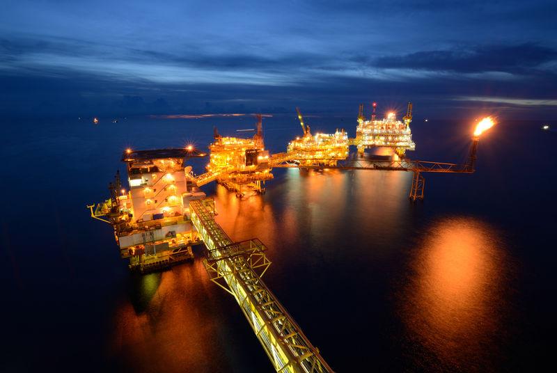 大型海上石油钻井平台。
