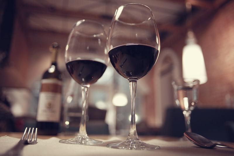 法国餐厅内部的红酒