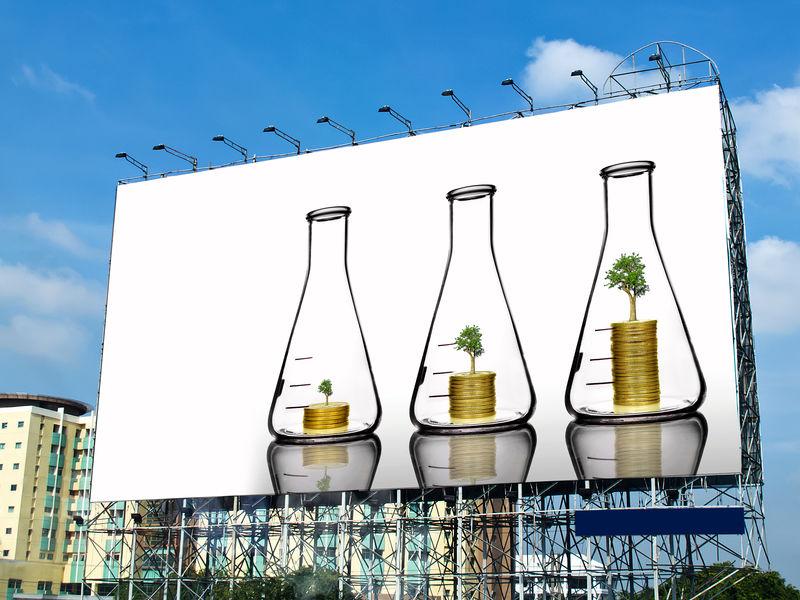 瓶子里硬币上长的树在广告牌上用白色空间展示-投资理念