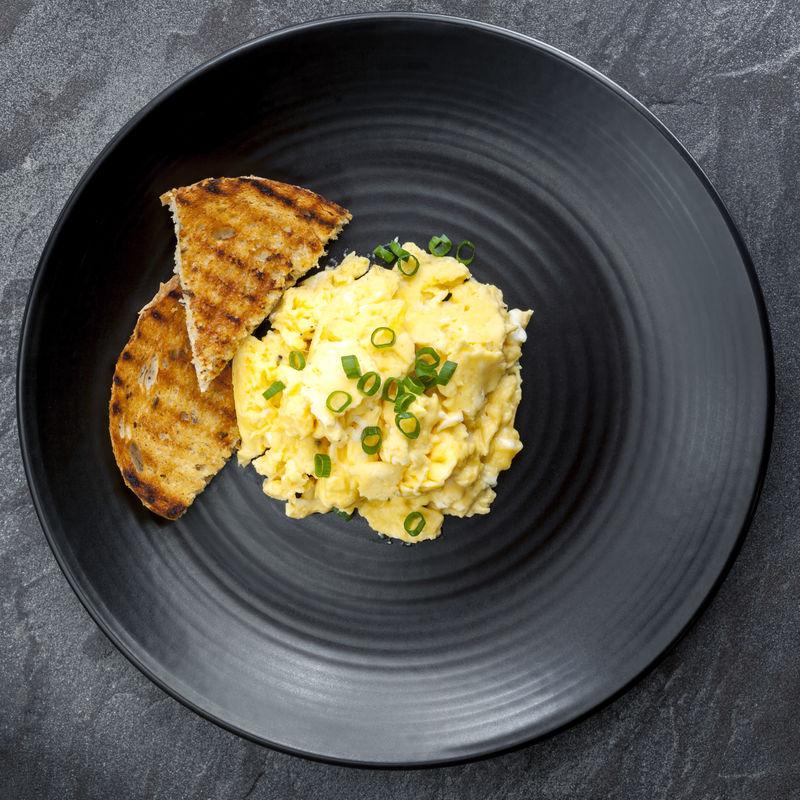 黑盘土司炒鸡蛋