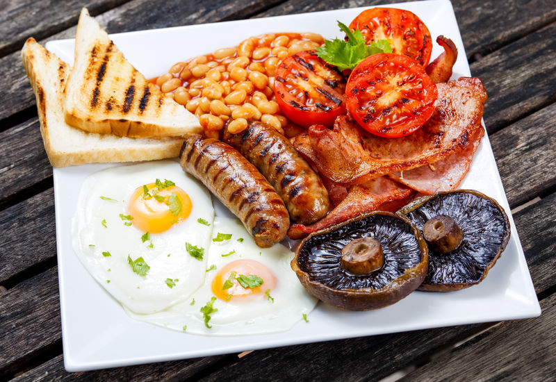 全英国早餐,培根,香肠,鸡蛋,豆类和蘑菇
