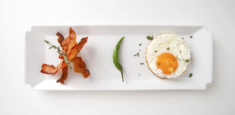 早餐。煎鸡蛋和煎培根。。
