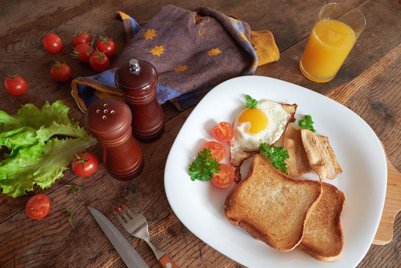 早餐吃炒鸡蛋。