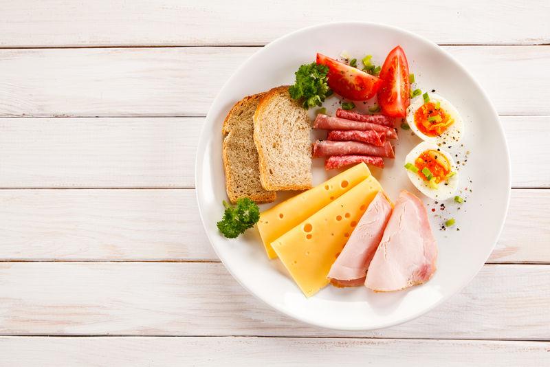 早餐-煮鸡蛋,火腿,奶酪和蔬菜