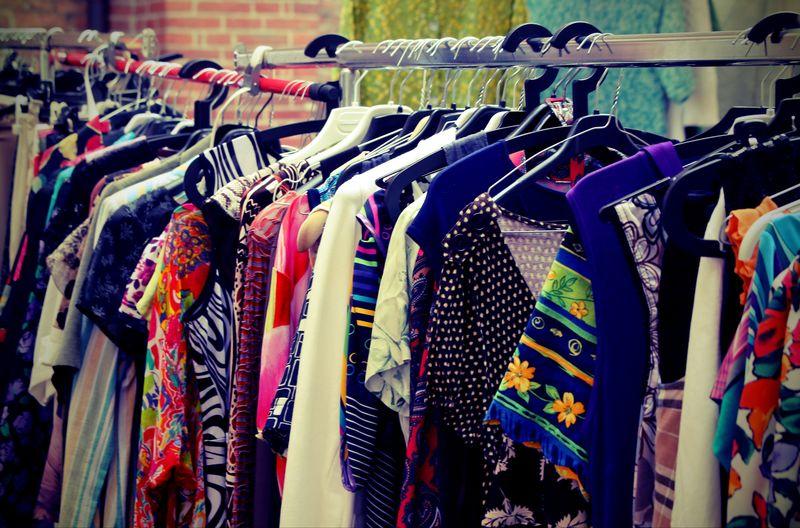 跳蚤市场挂的古董衣服