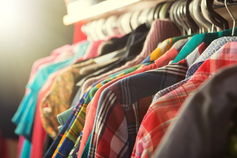 挂在商店货架上的衣服