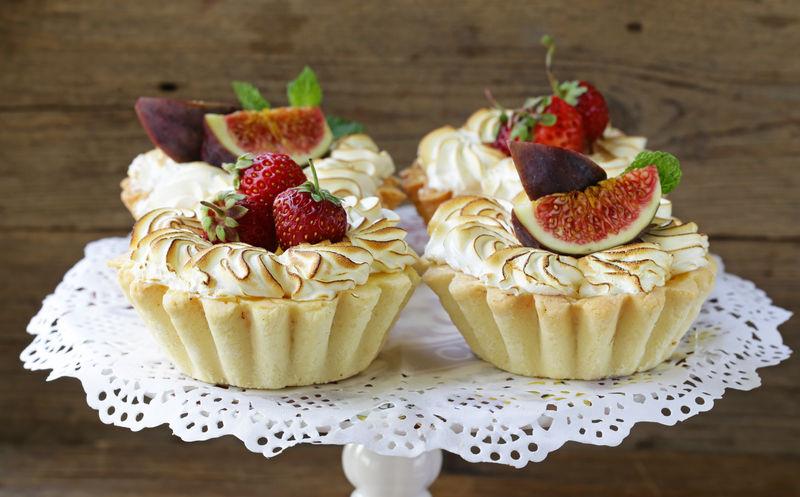 甜点馅饼配酥皮酥饼和水果
